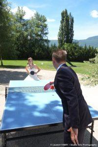 Avant de se rendre à leur mariage à Planaise, les mariés se sont offert une petite partie de ping-pong dans le jardin de leur hôtel à Chambéry !