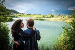 Séance photo engagement au bord du lac Saint André avant le mariage à Chambéry