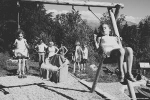 les enfants font de la balançoire lors d'un mariage en Isère