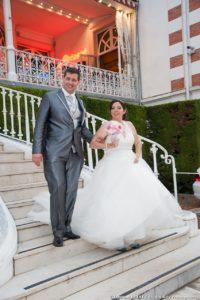 Les mariés descendent les marchent du casino pour se rendre à la réception de leur mariage à Challes-les-Eaux
