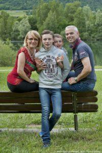 Séance photo de famille en Combe de Savoie avant le mariage en Isère