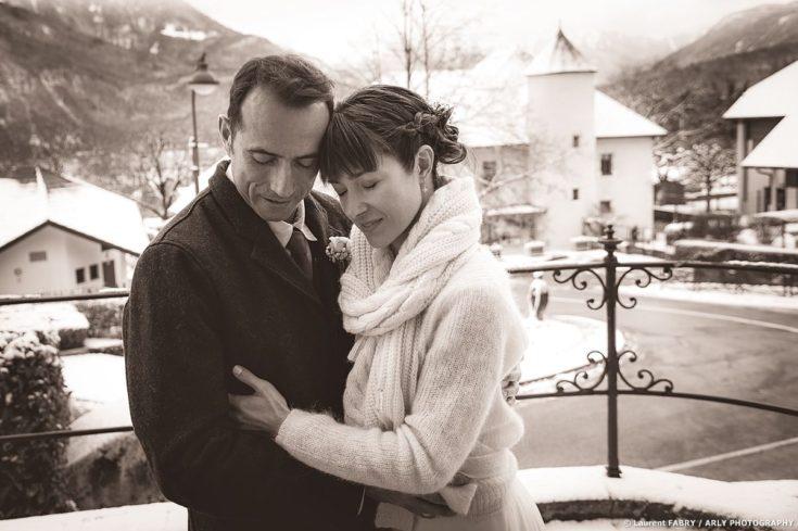 Photo des mariés en traitement sépia pour un mariage en hiver en Haute Savoie