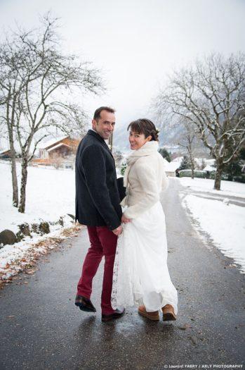 Les mariés se retournent vers leur photographe