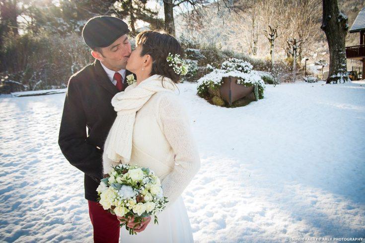 Les mariés s embrassent dans un parc enneigé