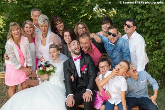 photo de famille grimace autour des mariés