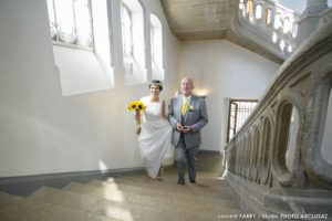 La mariée monte les marches de la mairie lors de son mariage à Albertville