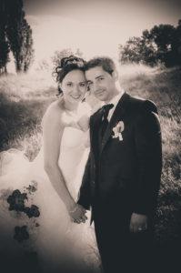 Photo de couple noir et blanc lors d'un mariage à Chambéry dans le parc de Buisson Rond