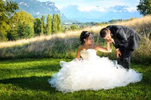 Photographe de mariage à Chambéry : photo de couple dans le parc de Buisson Rond