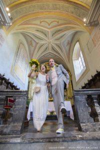 Sortie des mariés à l'église de Conflans, mariage à Albertville, Savoie