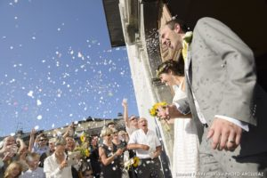 Sortie des mariés à l'église de Conflans après un mariage à Albertville