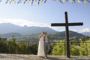 Les mariés posent devant un décor de montagne à Conflans, mariage à Albertville, Savoie