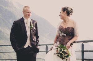 Mariage en Maurienne : une photo des mariés sur la terrasse du restaurant situé à Aiton