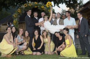 Les témoins portent la mariée pendant le vin d'honneur à Cruet après le mariage à Albertville
