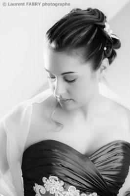 Photographe de mariage en Savoie : portrait de la mariée en noir et blanc