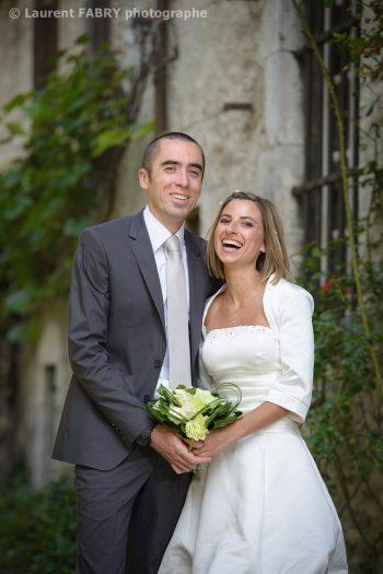 fou rire pendant la séance de photo de couple de mariage en Savoie