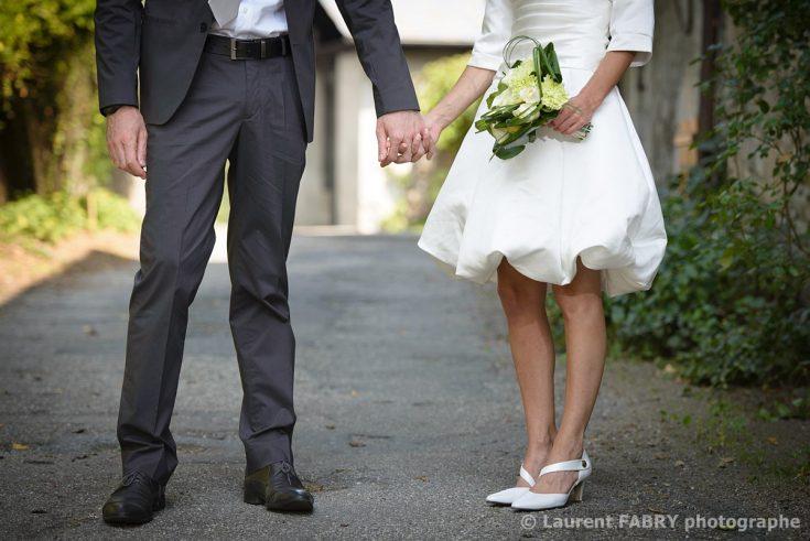 photo cadrée sur les jambes des mariés dans une petite ruelle avant le mariage en Savoie (73)