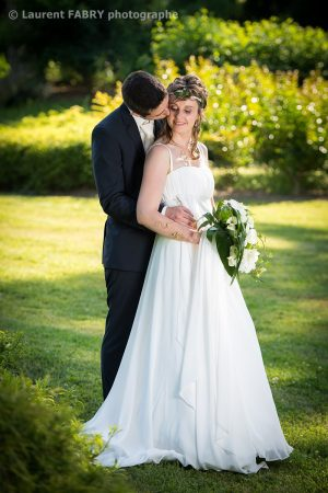 les mariés dans un parc le jour de leur mariage à Challes-les-Eaux, photographe pro en Savoie