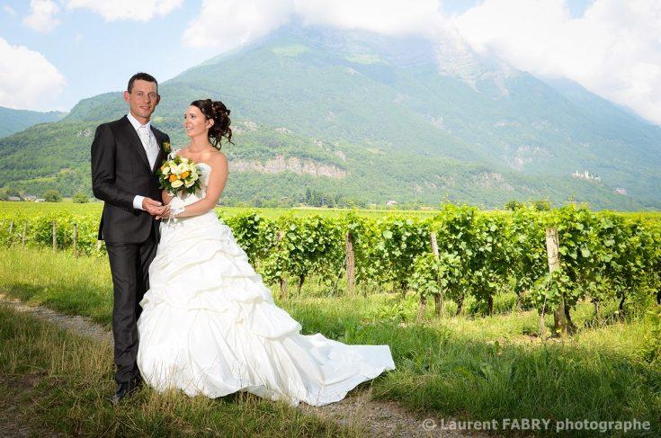 portrait de couple devant une montagne de Savoie pour ce mariage dans les Alpes