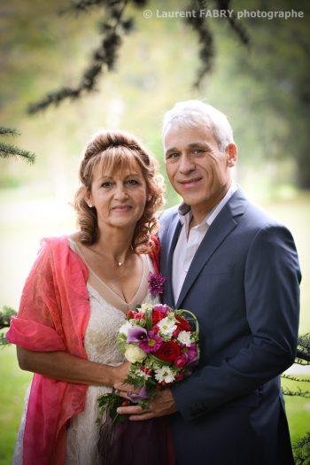 photographe de mariage en Savoie : photo de portrait des mariés sous les arbres (mariage en Isère à Saint Martin d Uriage)