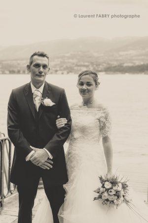 portrait sépia des mariés devant le lac du Bourget, mariage en Savoie