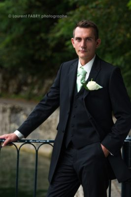 Photographe de mariage en Savoie : portrait du marié au lac du Bourget