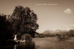 portrait des mariés au bord d un lac en Savoie, photographe de mariage aux Marches