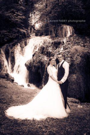 Séance photo de couple près de la cascade au château de Lucey, mariage en Savoie