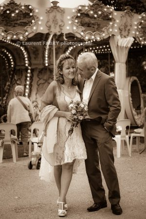 photographie des mariés près du manège dans le parc thermal d Uriage, en Isère (38)