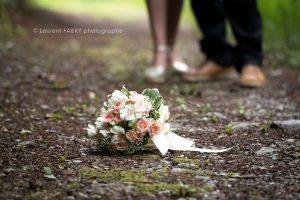 le bouquet de la mariée posée sur le sol, photographe de mariage à Beaufort (73)
