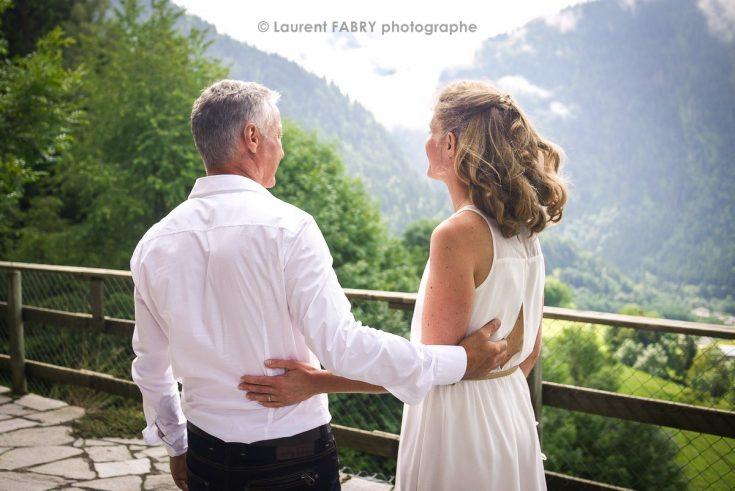 photographe de mariage face à un décor de montagne dans les Alpes, Beaufortain, Savoie