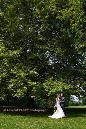 les mariés sous les arbres du parc de Buisson Rond, mariage en Savoie, photographe Chambéry, 73