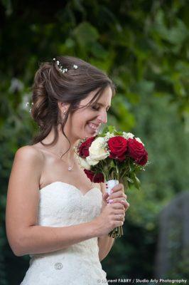 Photographe de mariage en Savoie : fou rire de la mariée tenant son bouquet