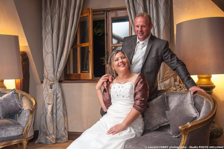 mariage près de Montagnole (73) : les mariés posent dans leur suite royale du Domaine des Saint-Pères