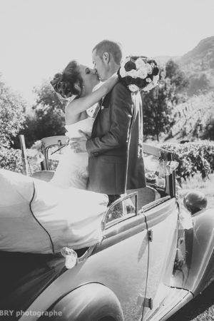 Baiser des mariés dans la voiture (mariage à Saint-Pierre d Albigny, Savoie)