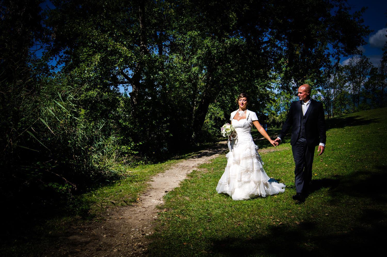 Photographe de mariage en Savoie : portrait des mariés au lac Saint André