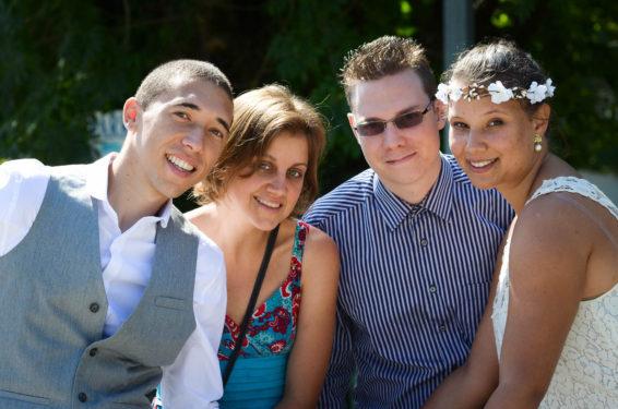 les mariés et leurs témoins : photo de groupe en petit comité après le mariage