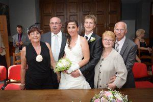 dans la salle du conseil à la mairie, une photo de famille