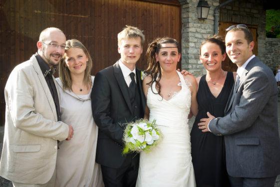 photo de groupe après une cérémonie de mariage dans un petit village de Maurienne (73)