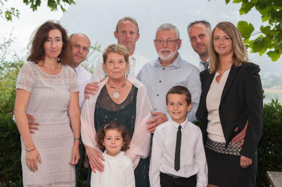 Photo de famille chez les parents des mariés, en Savoie