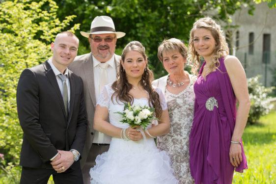 photo de famille lors du mariage ensoleillé en Savoie (Rhône Alpes)