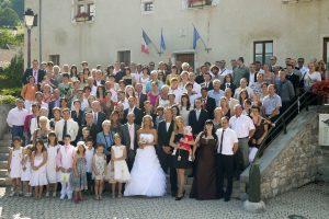 photo de groupe du mariage à Barraux (Isère, 38) : tous les invités sur les marches de la mairie