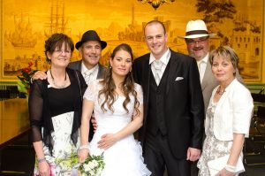 photo de famille dans la salle du conseil après la cérémonie de mariage