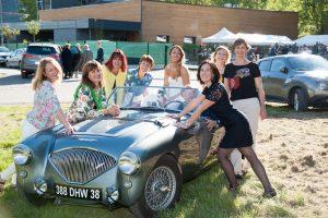 photo de groupe autour de la voiture des mariés