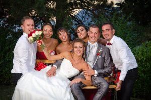les témoins portent le banc des mariés pour une photo de mariage originale