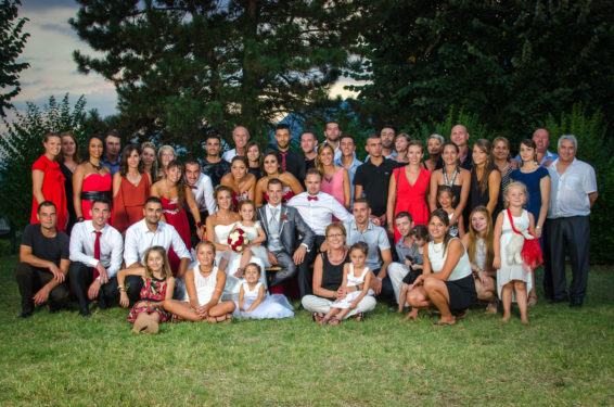 tous les invités autour des mariés, photo de groupe de mariage en Combe de Savoie
