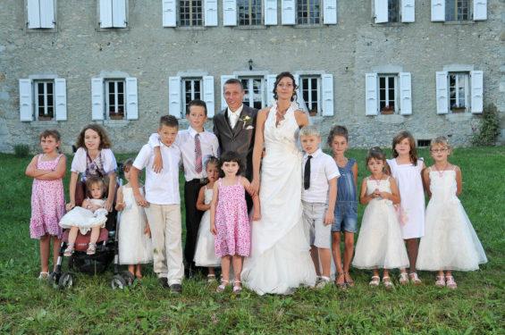 photo de groupe avec tous les enfants présents au mariage
