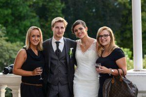 les mariés et leurs invités se détendent pendant le vin d honneur