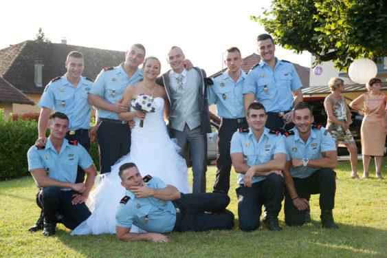 photo de groupe avec les pompiers lors de ce mariage à Domessin (73)