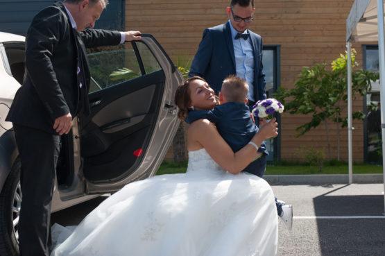 embrassade entre un petit garçon et sa maman le jour du mariage