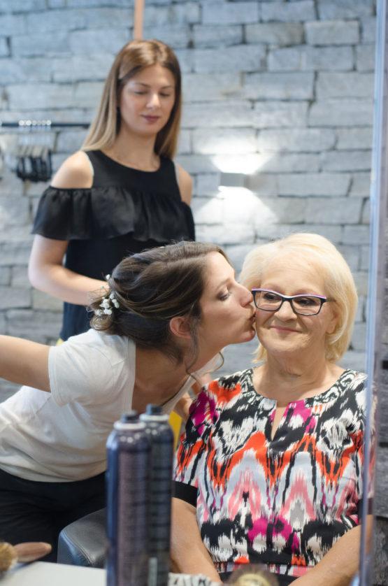 bisou de la mariée à sa maman au salon de coiffure